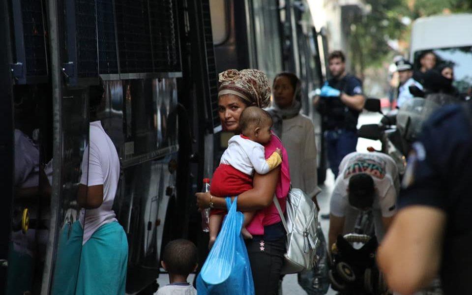 Η «αναμόρφωση» των Εξαρχείων ξεκινά από το ξεσπίτωμα οικογενειών προσφύγων και την αστυνομοκρατία.